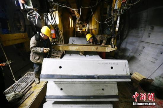 资料图:地铁建设施工。中新社记者 富田 摄