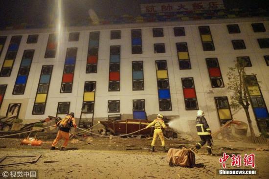 2月6日晚23时50分,台湾花莲发生地震。花莲统帅饭店出现倾倒,一侧的一楼压入地下室,传出多人受困其中。多处地面、桥梁出现明显隆起、断裂。 图片来源:视觉中国