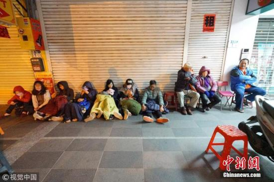继2月4日晚发生里氏5.8级地震之后,台湾花莲2月6日晚23时50分再次发生地震。图为民众在街头避难。 图片来源:视觉中国