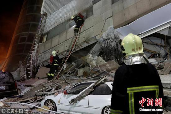 继2月4日晚发生里氏5.8级地震之后,台湾花莲2月6日晚23时50分再次发生地震。据台湾气象局观测,地震规模达到里氏6.0级(中国地震台湾正式测定为6.5级),震央位于东经121.69,北纬24.14,即花莲县近海,震源深度10公里。由于震度高及长达逾25秒的摇晃,多家电视台画面显示,花莲统帅饭店出现倾倒,一侧的一楼压入地下室,传出多人受困其中。据《中时电子报》报道,根据灾害应变中心截至7日凌晨3时30分的最新统计,目前地震造成2人遇难、202伤。花莲当地4处建筑物倒塌或倾斜,另有七星潭大桥及花莲大桥两座桥梁封闭。多处地面、桥梁出现明显隆起、断裂。 图片来源:视觉中国