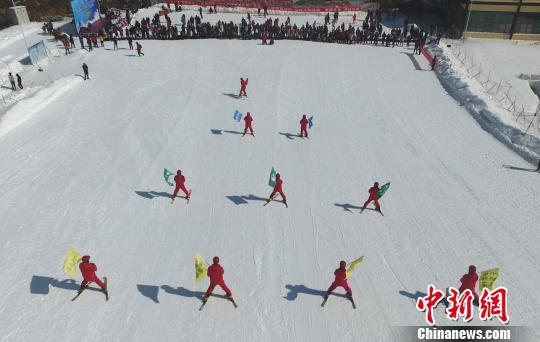 """资料图;滑雪场教练员、学员展示多人滑""""三角方阵""""。刘占昆 摄"""