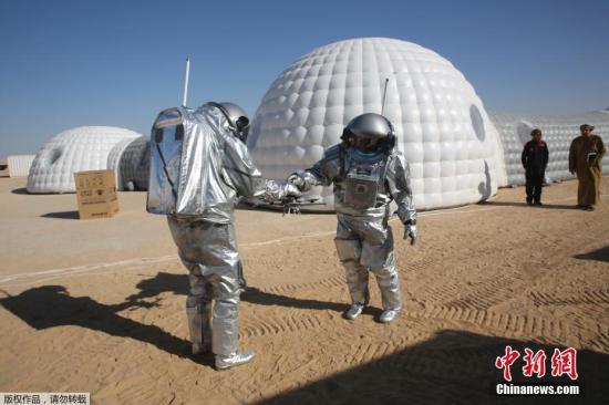 资料图:当地时间2018年2月7日,阿曼佐法尔沙漠内,科研人员正在模拟登陆火星的情况,该项目由阿曼以及奥地利合作实行,旨在未来将人类送往火星。