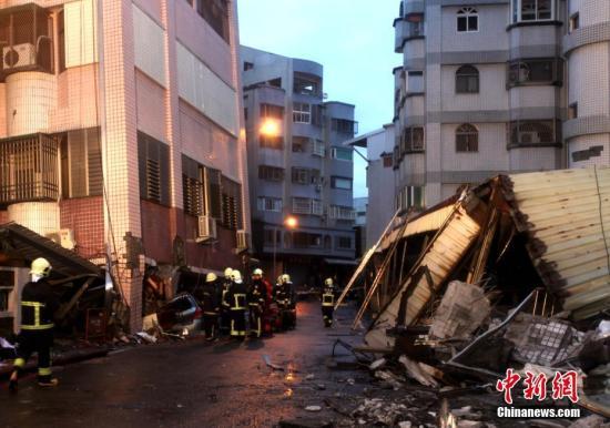 2月7日傍晚,救援人员正在台湾花莲市区国盛六街上两栋相邻大楼间勘查,展开震后救援。两栋大楼均受损严重。6日深夜,花莲近海发生里氏6.5级地震,市区多栋大楼倒塌或倾斜,造成大量人员伤亡,数十人失联。<a target='_blank' href='http://www.chinanews.com/'>中新社</a>记者 黄少华 摄