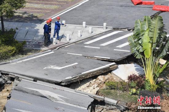 2月8日,工作人员在坍塌现场勘察。当日,广东佛山市交通运输局通报,2月7日晚上8时40分左右,位于佛山市禅城南庄的佛山地铁2号线绿岛湖至湖涌盾构区间工地地面出现坍塌。据初步核查,事故现场8人无生命体征,3人失联,9人获救并被及时送往医院抢救,目前无生命危险。 <a target='_blank' href='http://www.chinanews.com/'>中新社</a>记者 陈骥�F 摄