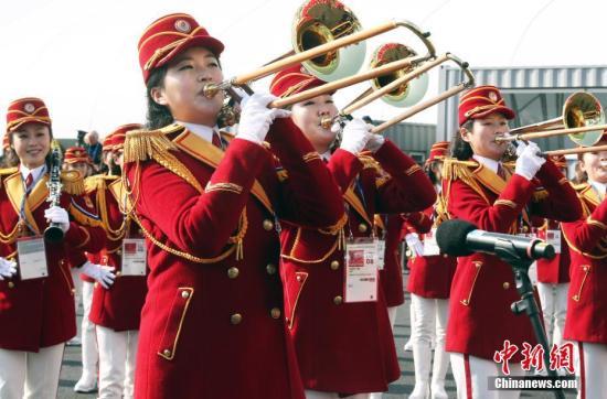 2月8日,朝鲜冬奥代表团在韩国江陵奥运村举行升旗仪式,现场进行演奏的女子乐队吸引了大批媒体的关注。中新社记者 宋吉河 摄