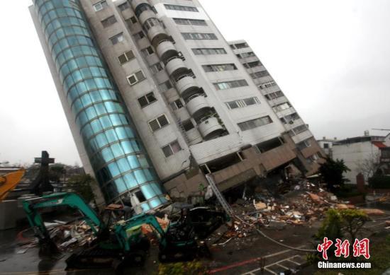 2月7日,台湾花莲震灾受损最严重的云门翠堤大楼,救援工作正在紧张进行中。2月6日深夜,花莲近海发生里氏6.5级地震,多栋大楼倒塌或倾斜,造成大量人员伤亡,数十人失联。云门翠堤大楼倾斜严重,并出现些微扭转位移。<a target='_blank' href='http://www.torvenius.com/'>中新社</a>记者 黄少华 摄