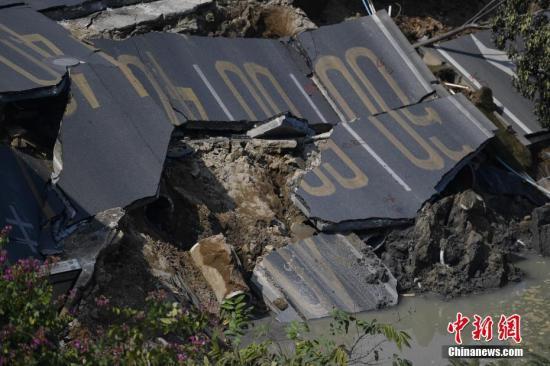 2月8日,地面坍塌导致马路开裂。当日,广东佛山市交通运输局通报,2月7日晚上8时40分左右,位于佛山市禅城南庄的佛山地铁2号线绿岛湖至湖涌盾构区间工地地面出现坍塌。据初步核查,事故现场8人无生命体征,3人失联,9人获救并被及时送往医院抢救,目前无生命危险。 <a target='_blank' href='http://www.chinanews.com/'>中新社</a>记者 陈骥�F 摄