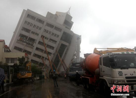 2月7日,台湾花莲震灾受损最严重的云门翠堤大楼,救援工作正在紧张进行中。2月6日深夜,花莲近海发生里氏6.5级地震,多栋大楼倒塌或倾斜,造成大量人员伤亡,数十人失联。云门翠堤大楼倾斜严重,并出现些微扭转位移。图为大楼倾倒的一面有数根钢柱支撑,十多个大型消波块(水泥构件)运到现场,放置于钢柱下方加固支撑。<a target='_blank' href='http://www.chinanews.com/'>中新社</a>记者 黄少华 摄