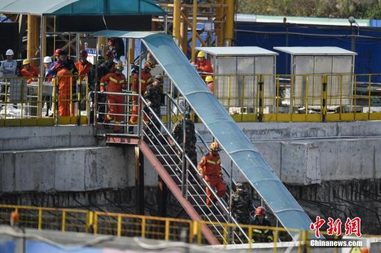 2月8日,救援人员进入坍塌隧道搜救被困人员。2月7日晚上8时40分左右,位于佛山市禅城南庄的佛山地铁2号线绿岛湖至湖涌盾构区间工地地面出现坍塌。据初步核查,事故现场8人无生命体征,3人失联,9人获救并被及时送往医院抢救。目前,救援人员仍在进行井下泥沙清理,尽最大努力搜救被困人员。 中新社记者 陈骥�F 摄