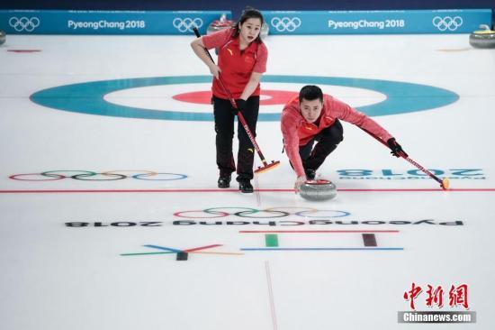 2月8日,中国代表团平昌冬奥会首战亮相冰壶混双,该项目为本届冬奥会的新增项目。中国组合王芮/巴德鑫迎战2017年世锦赛冠军瑞士队,双方苦战8局后打成平手,最后的加时赛里中国队以2分遗憾告负,双方最终比分为5比7。中新社记者 崔楠 摄