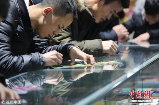 资料图:民众购买彩票。图片来源:视觉中国