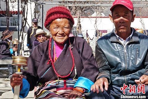 """西藏山南市加查县五保集中供养中心免费为125位老人提供衣、食、住、行、医、乐等各项服务。加查县民政局工作人员曲宗将其形容为""""银发暖巢""""。图为藏族老人妮妮与""""老伴儿""""欧珠。 中新社记者 孙翔 摄"""