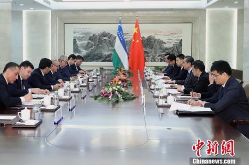 2月7日,中国外交部长王毅在北京同乌兹别克斯坦外长卡米洛夫举行会谈。中新社记者 李慧思 摄