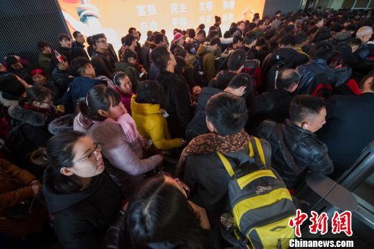 资料图:中国铁路迎春运客流高峰。 韦亮 摄