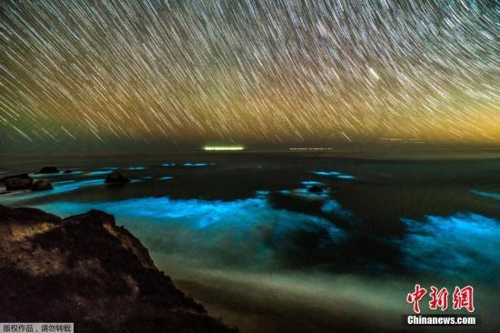 2月9日消息,近日在美国加州大苏尔,海岸边成千上万的浮游生物在黑夜发出幽幽蓝光,恍如外太空。