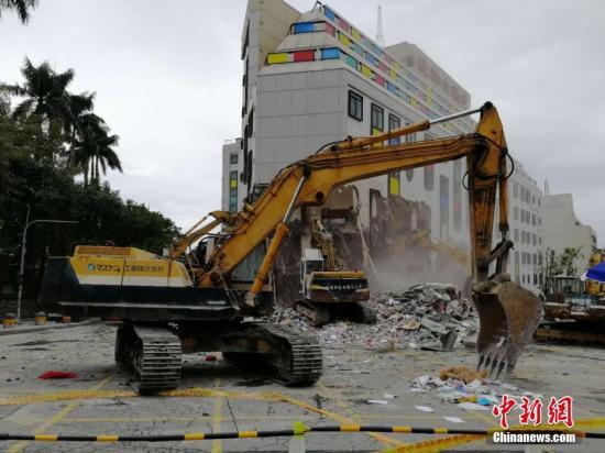 2月9日,在地震中倾倒严重的统帅大饭店开始破拆。<a target='_blank' href='http://www.torvenius.com/'>中新社</a>记者 肖开霖 摄