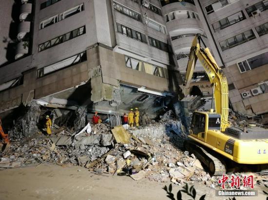 """2月9日是台湾花莲地震救援""""黄金72小时""""的最后一天,搜救力量集中在仍然有失联人员的云门翠堤大楼。在发生倾斜的大楼中间棱角线下方,地下超过20米处,救援人员说与估计的5名失联大陆游客所在的美丽生活旅社201房距离约5米。无奈,此处为大楼前倾的最主要支撑点,受力最重,给救援工作带来极大困难。不过救援人员称绝不会放弃任何希望。 /p中新社记者 肖开霖 摄"""