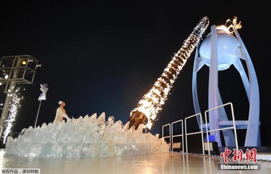 开幕式上,由韩国著名花滑选手金妍儿点燃主火炬。图为金妍儿点燃主火炬瞬间。