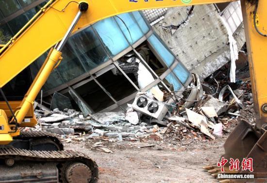 2月6日晚,台湾花莲市发生6.5级地震,造成花莲市4栋建筑物倾斜,倒塌。截至9日上午6时,花莲地震已致11遇难、269人受伤、失联人数仍有6人。图为云门翠堤大楼在地震中受损严重。 <a target='_blank' href='http://www.chinanews.com/'>中新社</a>记者 黄少华 摄