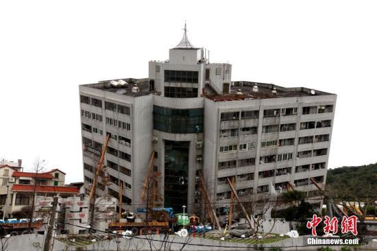 资料图:在台湾花莲地震中发生倾斜的云门翠堤大楼。 中新社记者 黄少华 摄