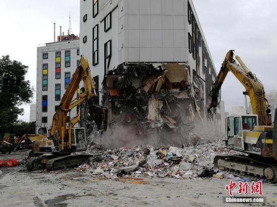2月9日,在地震中倾倒严重的统帅大饭店开始破拆。当日,台湾花莲开始动用大型机械拆除倒塌的统帅大饭店及国盛一街、国盛六街两栋倾斜楼房。由于云门翠堤大楼还有人失联,目前还在进行救援工作。2月6日23时50分花莲县发生6.5级地震,地震中花莲县花莲市统帅大饭店、云门翠堤大楼倒塌,国盛一街、国盛六街两栋大楼倾斜。<a target='_blank' href='http://www.torvenius.com/'>中新社</a>记者 肖开霖 摄
