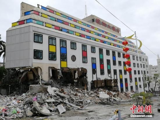 2月9日,在地震中倾倒严重的统帅大饭店开始破拆。当日,台湾花莲开始动用大型机械拆除倒塌的统帅大饭店及国盛一街、国盛六街两栋倾斜楼房。由于云门翠堤大楼还有人失联,目前还在进行救援工作。2月6日23时50分花莲县发生6.5级地震,地震中花莲县花莲市统帅大饭店、云门翠堤大楼倒塌,国盛一街、国盛六街两栋大楼倾斜。中新社记者 肖开霖 摄