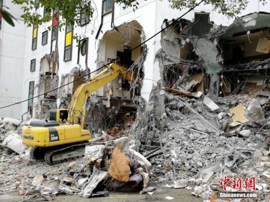 2月9日,在地震中倾倒严重的统帅大饭店开始破拆。当日,台湾花莲开始动用大型机械拆除倒塌的统帅大饭店及国盛一街、国盛六街两栋倾斜楼房。由于云门翠堤大楼还有人失联,目前还在进行救援工作。2月6日23时50分花莲县发生6.5级地震,地震中花莲县花莲市统帅大饭店、云门翠堤大楼倒塌,国盛一街、国盛六街两栋大楼倾斜。<a target='_blank' href='http://www.chinanews.com/'>中新社</a>记者 肖开霖 摄