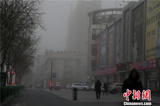 2月8日,甘肃河西走廊中段的张掖市被笼罩在漫漫沙尘之中。 成学磊 摄
