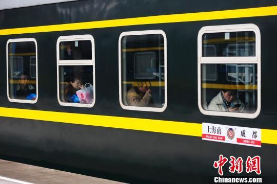 铁路春运迎来节前客流高峰。殷立勤 摄