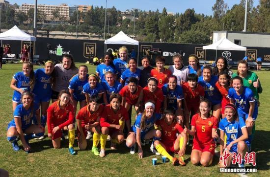 当地时间2月9日上午,正在美国洛杉矶冬训的中国国家女子足球队对战2017年全美女足大学联赛亚军加州大学洛杉矶分校女足。这是中国女足此次海外拉练的第三场比赛,中国队以4比0取胜。图为赛后两队女足姑娘们合影。<a target='_blank' href='http://www.chinanews.com/'>中新社</a>记者 张朔 摄