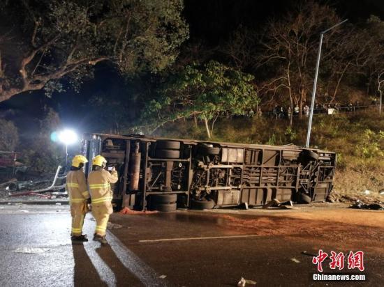 据香港媒体2月10日报道,一辆双层巴士当日在香港新界一条公路上失事侧翻,已造成19人死亡,数十人受伤。当日,一辆872路双层巴士在新界大埔公路行驶时侧翻。现场照片显示,巴士车身损毁严重,挡风玻璃破碎,地面疑有油污。据警方消息,17男2女在现场证实死亡,数十人受伤。<a target='_blank' href='http://www.chinanews.com/'>中新社</a>记者 让宝奎 摄