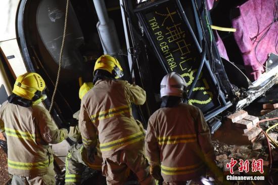 据香港媒体2月10日报道,一辆双层巴士当日在香港新界一条公路上失事侧翻,已造成19人死亡,数十人受伤。当日,一辆872路双层巴士在新界大埔公路行驶时侧翻。现场照片显示,巴士车身损毁严重,挡风玻璃破碎,地面疑有油污。据警方消息,17男2女在现场证实死亡,数十人受伤。麦尚�F 谢光磊 摄