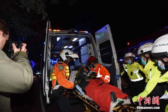 2月10日傍晚,香港大埔公路近松仔园附近,一辆双层九巴失事侧翻。中新社记者 麦尚�F 摄