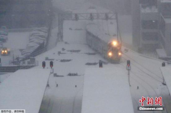 当地时间2月9日,美国大湖区南部的芝加哥和底特律等地遭遇强降雪,众多学校9日停课,上千架次航班取消。