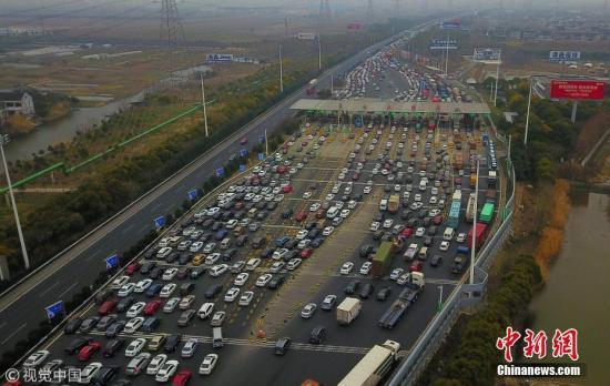 资料图:车辆经过高速公路收费站。金汉昕 摄 图片来源:视觉中国