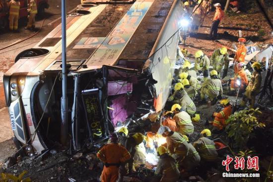 据香港媒体2月10日报道,一辆双层巴士当日在香港新界一条公路上失事侧翻,已造成19人死亡,数十人受伤。当日,一辆872路双层巴士在新界大埔公路行驶时侧翻。现场照片显示,巴士车身损毁严重,挡风玻璃破碎,地面疑有油污。据警方消息,17男2女在现场证实死亡,数十人受伤。中新社记者 麦尚�F 谢光磊 摄