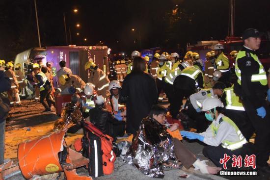 香港一巴士发生侧翻事故 已造成5人死亡40余人受伤