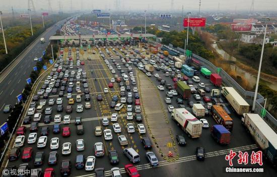 资料图:春节前的高速公路。 金汉昕 摄 图片来源:视觉中国