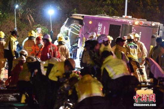 2月10日傍晚,香港大埔公路近松仔园附近,发生导致最少19人死亡的严重交通意外。一辆双层九巴失事侧翻。警方说,17男2女在现场证实死亡,几十人受伤。大批警察和消防员将巴士的车顶割开,救出伤者。中新社记者 麦尚�F 摄