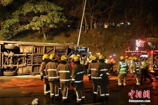 据香港媒体2月10日报道,一辆双层巴士当日在香港新界一条公路上失事侧翻,已造成19人死亡,数十人受伤。中新社记者 麦尚�F 谢光磊 摄
