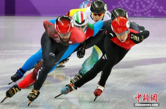 在2月10日晚进行的2018平昌冬奥会短道速滑男子1500米比赛中,武大靖、韩天宇和许宏志携手出战。预赛中,武大靖位列第3晋级,韩天宇和许宏志和对手发生碰撞,被判进半决赛。半决赛中三将被分在同一小组,但对手实力强劲,中国选手均未晋级。<a target='_blank' href='http://www.chinanews.com/'>中新社</a>记者 宋吉河 摄