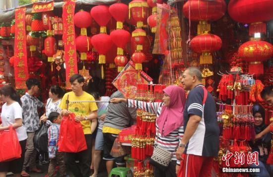 资料图:一对印尼夫妻在唐人街自拍留念。(<a target='_blank' href='http://www.chinanews.com/'>中新社</a>记者 林永传 摄)