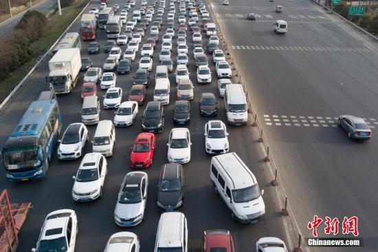 资料图:春运期间,各地高速公路迎来大批车流。 中新社记者 泱波 摄