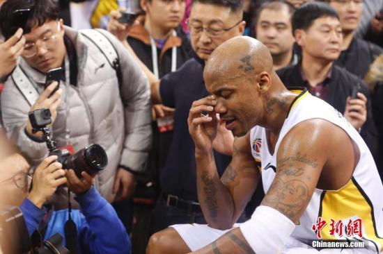 马布里赛后落泪。中新社记者 韩海丹 摄