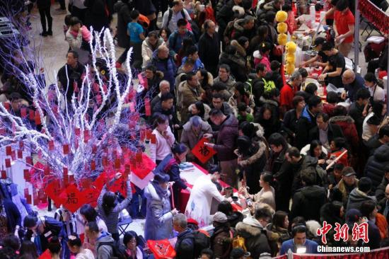 当地时间2月11日,加拿大第二大城市蒙特利尔举行欢乐春节庙会。图为庙会现场人头攒动,热闹非常。这是蒙城连续第二年在农历新年前夕由华人社区联合举办欢乐春节庙会。参与筹办庙会的侨团由第一届的70多个增至本届的近百个。<a target='_blank' href='http://www.chinanews.com/'>中新社</a>记者 余瑞冬 摄