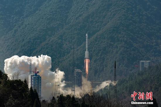 """2月12日13时03分,中国在西昌卫星发射中心用长征三号乙/远征一号运载火箭,以""""一箭双星""""方式成功发射第二十八、二十九颗北斗导航卫星。 中新社记者 史啸 摄"""