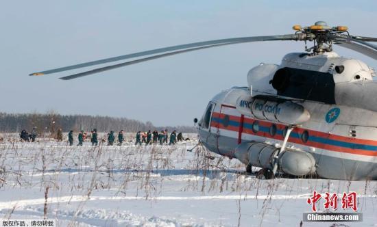 """据俄罗斯卫星网报道,据搜寻行动总部消息,搜寻人员2月12日在失事地点找到了在莫斯科郊区坠毁的安-148客机的第2个黑匣子。第2个黑匣子,是驾驶舱话音记录器。搜索行动指挥部代表此前找到了第1个黑匣子,该黑匣子记录了飞行的数据。他表示:""""第一个被找到的黑匣子中记录了飞行的数据。""""当地时间2月11日,俄罗斯萨拉托夫航空公司一架从莫斯科飞往奥尔斯克的安-148客机,从莫斯科多莫杰多沃机场起飞不久后坠毁。机上65名乘客和6名机组人员,无一生还。图为当地时间2月12日,俄罗斯紧急情况部工作人员在客机失事地点调查。"""