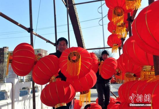 图为雄安新区安新街头民众们在挂灯笼。 <a target='_blank' href='http://www.chinanews.com/'>中新社</a>记者 韩冰 摄