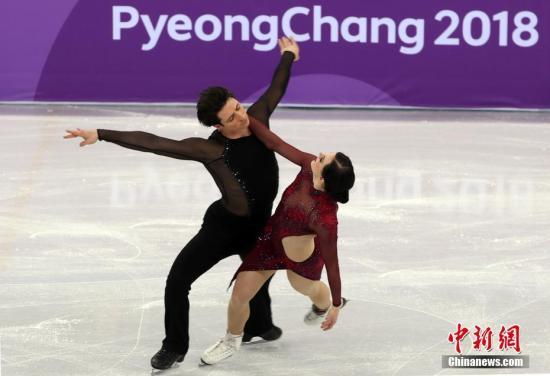 2月12日,加拿大队在平昌冬奥会江陵冰上体育场举行的花样滑冰团体赛中夺得金牌。图为加拿大选手在比赛中。 中新社记者 宋吉河 摄