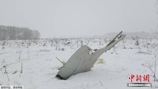 图为坠机现场的飞机残骸。